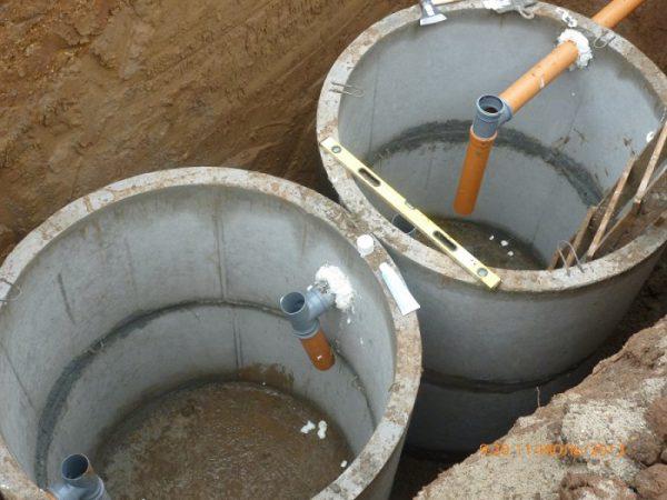 Двухкамерный септик из бетонных колец перед утеплением