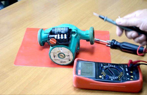 Работоспособность пусковых конденсаторов проверяют при помощи тестера