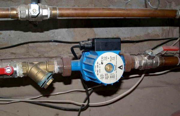 Насос в системе отопления обеспечивает циркуляцию теплоносителя