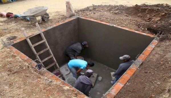 Строительство бетонного септика на этапе закладки стен