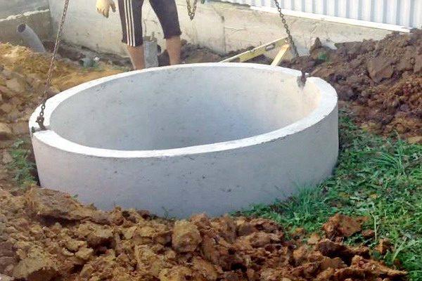 Установка бетонного кольца в скважину