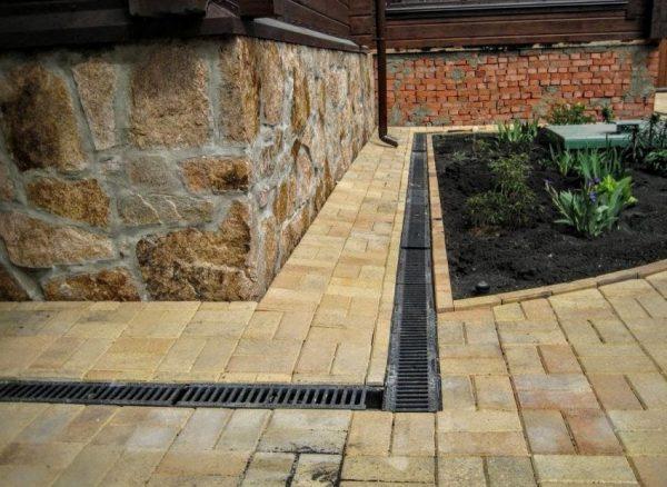 Установка линейного водоотвода вокруг дома