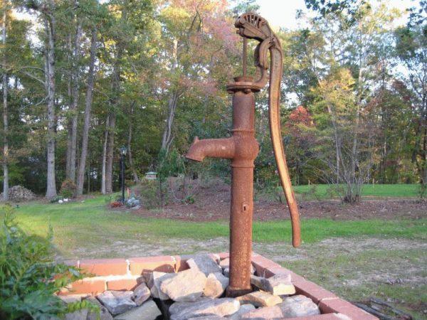 Ручной насос для воды на дачном участке