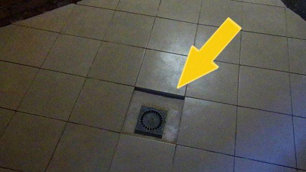 Водоприемник-трапик в полу помывочного отделения