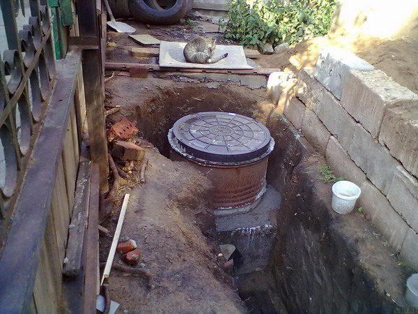 Колодец в канализационной системе многоквартирного дома