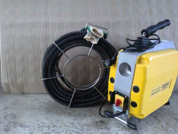 Самовсасывающая машина для чистки канализационной системы
