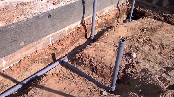 Укладка труб канализации в будущей бане