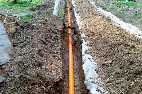 Труба для канализации в траншее