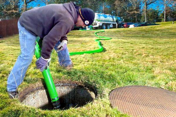 Выкачка канализационного колодца при помощи спецтехники