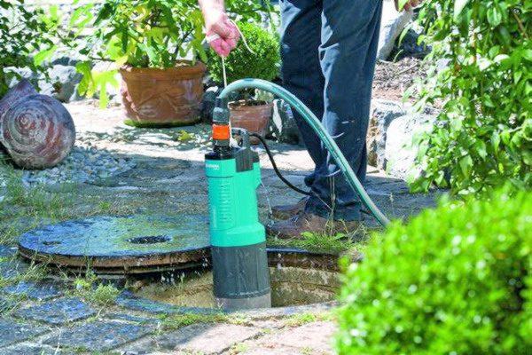 Фекальный насос опускают в канализационный колодец