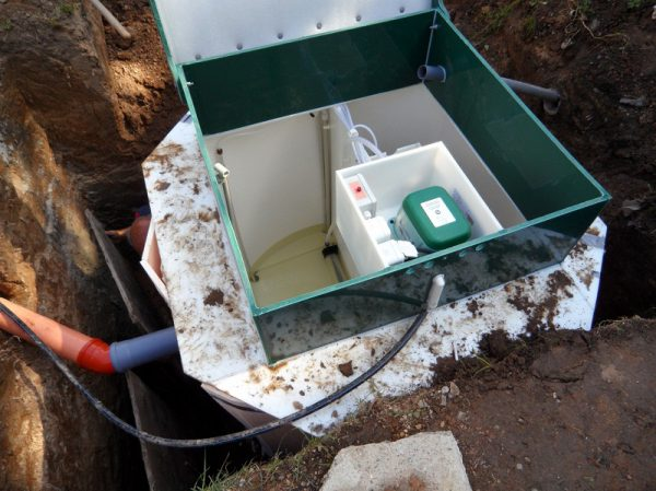 Своевременное очищение накопителя от бытовых отходов продлит эксплуатационный срок системы