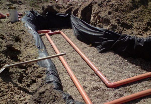 Поле фильтрации для автономной канализации устанавливать нужно на значительном удалении от септика и колодцев