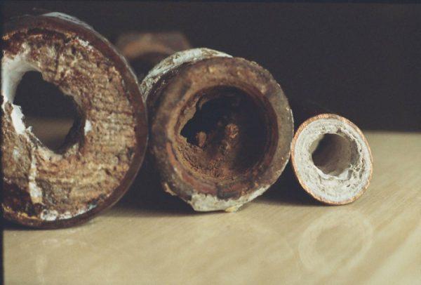 Закупоренное отверстие в сливной трубе