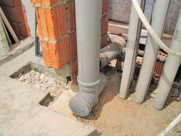 Центральный водоотводящий стояк канализации